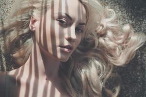blond i solen foto