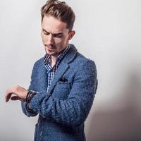 elegant ung stilig man i snygg blå jacka. foto