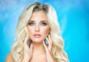 vacker ung blondin foto