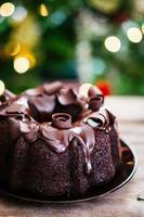 chokladkaka på rustik träbakgrund foto