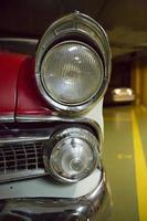 detalj av stötfångare och huvudljus i vintage bil foto