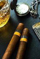 kubanska cigarrer med konjak och humidor foto