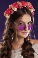vacker ung flicka med en blommig prydnad i håret