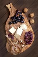 sammansättning med druva, ost och honung foto