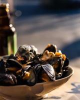 musslor i skålen med en vitvinsås foto