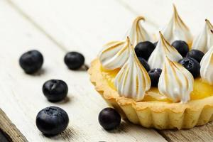 tartlett med citronmassan, blåbär och maräng foto