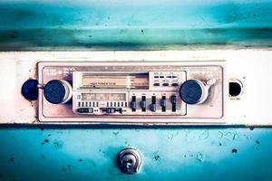 gammal radio i veteranbil foto