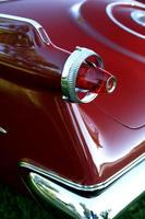 gammal röd bil närbild foto