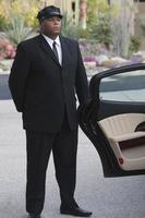 chaufför som väntar på den öppna bildörren foto