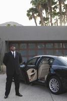 chaufför som står med bil foto