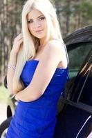 blond flicka med bilen foto