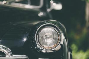 närbild av klassisk lyxig svart bil. foto