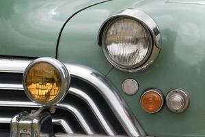 närbildgaller och lampor i restaurerad klassisk bil foto