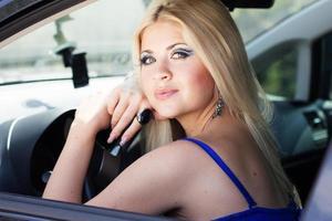 vacker flicka i en bil foto