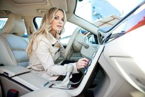 kvinnoförare i bil foto