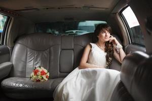 bruden tittar i fönstret foto