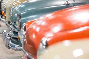 röda och vita bilar foto