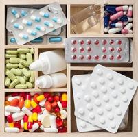 medicinska piller och ampuller i trälåda foto