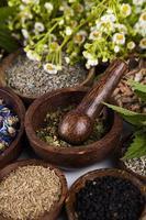 örtmedicin, träbord bakgrund foto