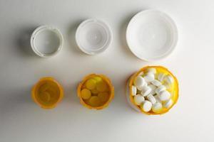 tre receptbelagda medicinflaskor ökar i storlek foto