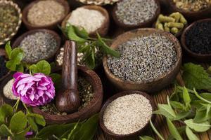 alternativ medicin, torkade örter bakgrund foto