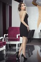 vacker kvinna i poserar i hotellets lobby foto