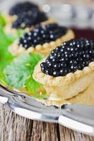 tårta med svart kaviar foto