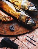 gyllene rökt fisk foto