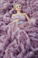 flicka i en rosa klänning leende. foto