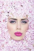 ansikte av flicka i blommor foto