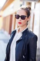 fashionabla kvinna poserar på gatan foto