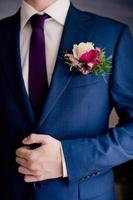 händerna på bröllop brudgummen gör sig redo i kostym foto