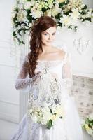 porträtt av vacker brud. bröllopsklänning. dekoration foto
