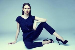 high fashion porträtt av ung elegant kvinna. studio skott foto