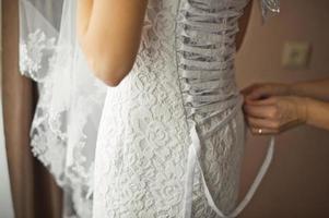 zashnurovyvaniye av en klänning av foto