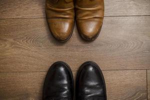 bruna läderskor på trägolvet foto