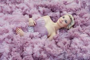 flicka i ljusrosa klänning. foto