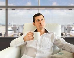 koppla av på flygplatsen med kaffe foto
