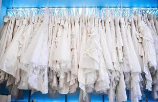 bröllopsklänningar i en butik foto