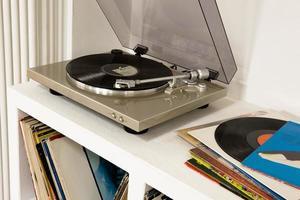 grammofon med vinylskivor foto