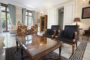 Hotelllobby med antika möbler foto