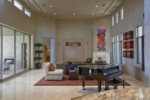 rymligt vardagsrum med piano i förgrunden foto