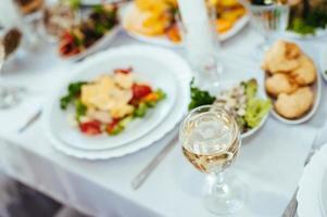 restaurangbordsservering med bestick och bestick av glas på foto