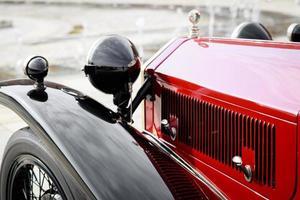 detalj av en röd vintage bil foto