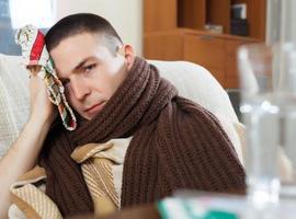 sjukdom kille i rutig bedövande handduk foto
