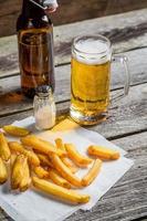 färska pommes frites serveras med ketchup och salt foto