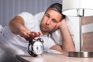 man snoozing väckarklocka foto