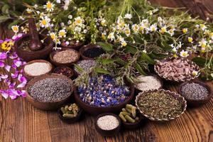 naturlig medicin, träbord bakgrund foto