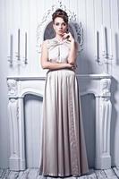 ung vacker kvinna i underbar sidenklänning foto