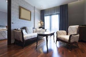 hotellsvit med möbler i klassisk stil foto